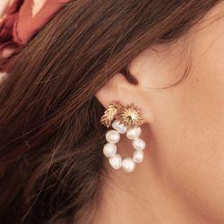 Les boucles d'oreilles...