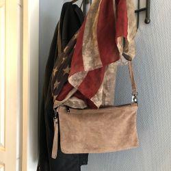 Le sac pochette en daim